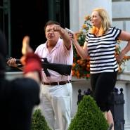 Szene wie aus einem Gangsterfilm: Zwei Amerikaner zücken Waffen gegen Demonstranten, die ihr Haus passieren.