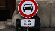 Könnte dieses Schild bald einen Bus zeigen statt eines Autos? Die Abgaswerte am Busbahnhof in Frankfurt legen es nahe.