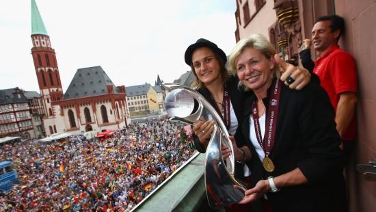 DFB-Frauen feiern auf dem Frankfurter Römer