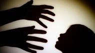 Laut Experten können Erfahrungen mit sexualisierter Gewalt in der Kindheit oder Jugend die Betroffenen auch im Erwachsenenalter gesundheitlich belasten. (Symbolbild)