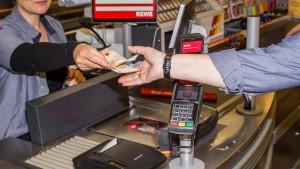 Die Supermarkt-Kasse schlägt den Geldautomaten