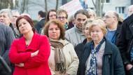 """Standhaft: Ilkay Yücel, die Schwester des """"Welt""""-Journalisten (links) und seine Mutter Esma Yücel (rechts) auf der Mahnwache in Flörsheim."""
