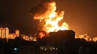 Nach einem israelischen Luftangriff kommt es im Gazastreifen zu einer Explosion.
