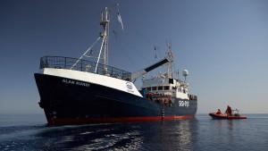 Zwei Schiffe mit Migranten blockiert