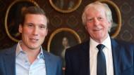Hannes Wolf (links) und Erich Rutemöller stehen vor Beginn der Trainergala des Deutschen Fußball-Bundes zusammen.