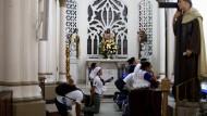 Eine Gruppe junger Pilger betet in einer Kirche in Panama-Stadt.