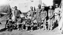 Namibische Kriegsgefangene und ein deutscher Soldat auf einem undatierten Foto aus den Jahren 1904-1908
