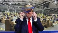 Präsident Trump auf Besuch in einer Fabrik im Mai 2020 in Michigan. Auch hier keine Maske, aber immerhin ein Visier als Virenschutz.