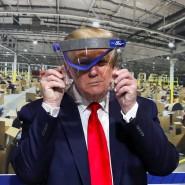 Bloß nicht aufsetzen, nur vors Gesicht halten: Präsident Trump auf Besuch in einer Fabrik in Michigan im Mai 2020