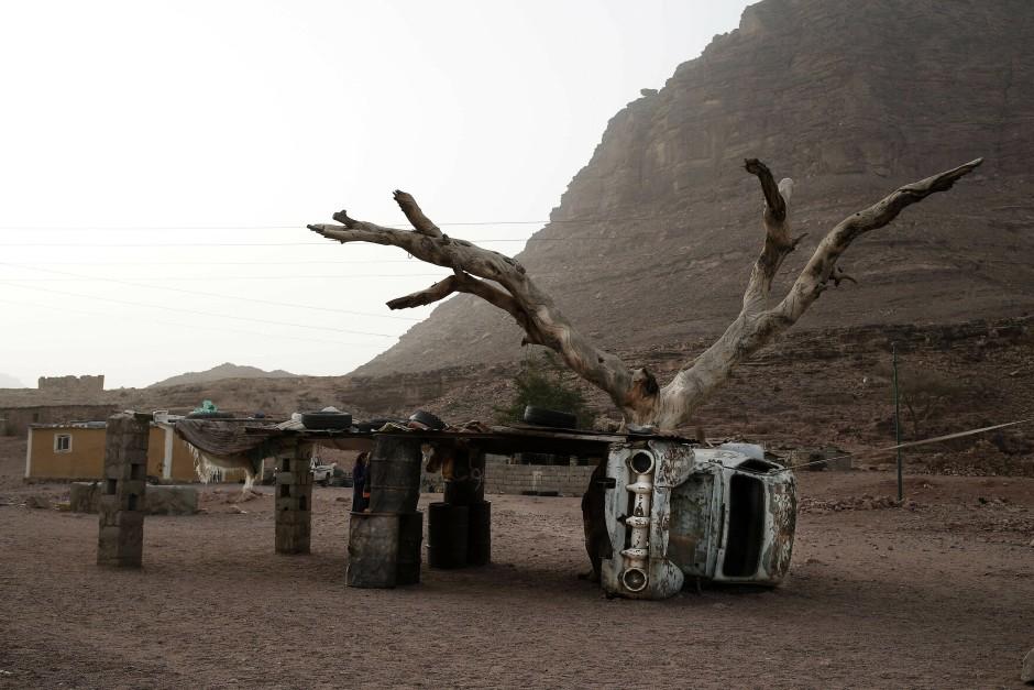 Ein kaputtes Auto wurde zu einer Hütte umfunktioniert. Besonders die ärmeren Beduinenstämme der Region Sinai erlauben es ihren Frauen als Wanderführerinnen zu arbeiten.