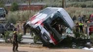 Der verunglückte Bus wird auf der Autobahn 7 in der Provinz Tarragona geborgen.