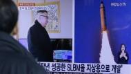 Bilder des nordkoreanischen Raketentests laufen am 13.02.2016 im südkoreanischen Fernsehprogramm.