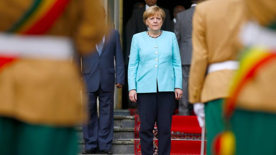 Bundeskanzlerin Merkel vor dem Nationalpalast in Addis Abeba.