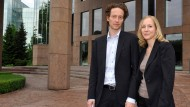 Lars und Meike Schlecker im Jahr 2011 vor der damaligen Unternehmenszentrale der Schlecker-Kette in Ehingen.