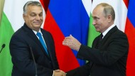 Der russische Präsident Wladimir Putin und Viktor Orban, Ministerpräsident von Ungarn, geben sich während einer gemeinsamen Pressekonferenz in Moskau die Hand.