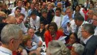 Am Ende war es ihnen doch allen sehr ernst: Die Delegierten der Weltklimakonferenz kurz vor ihrer nächtlichen Einigung