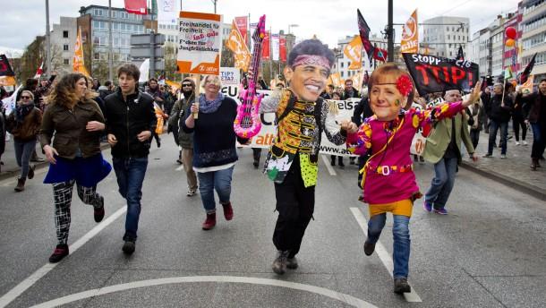 Zehntausende demonstrieren gegen Freihandelsabkommen