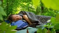 Im Blätterbett: Werner Wosch auf seiner Plane im Stolberger Wald