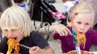 Spaghetti essen als Herausforderung - nicht nur für die Kinder, sondern vor allem für die Nerven der anderen Tischgäste.