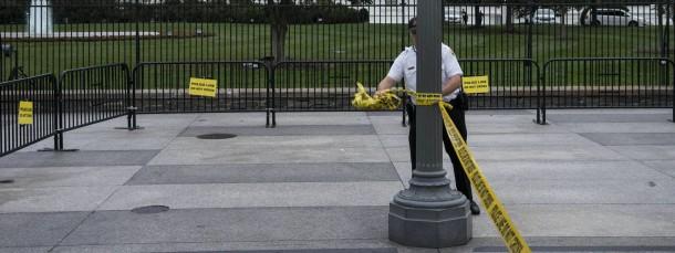 Vertrauensverlust und ein neuer Zaun: Ein uniformierter Secret-Service-Mitarbeiter sperrt eine Straße vor dem Weißen Haus.