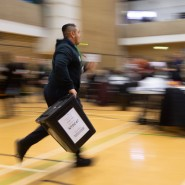 Ein Mann läuft mit einer Wahlurne während der Auszählung der Stimmen für die britische Parlamentswahl in der Islington Town Hall. (Symbolfoto)