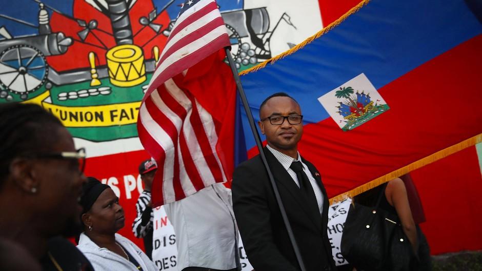 Ein Demonstrant hält die amerikanische Fahne bei Protesten gegen Donald Trump am 12. Januar 2018 in Florida.