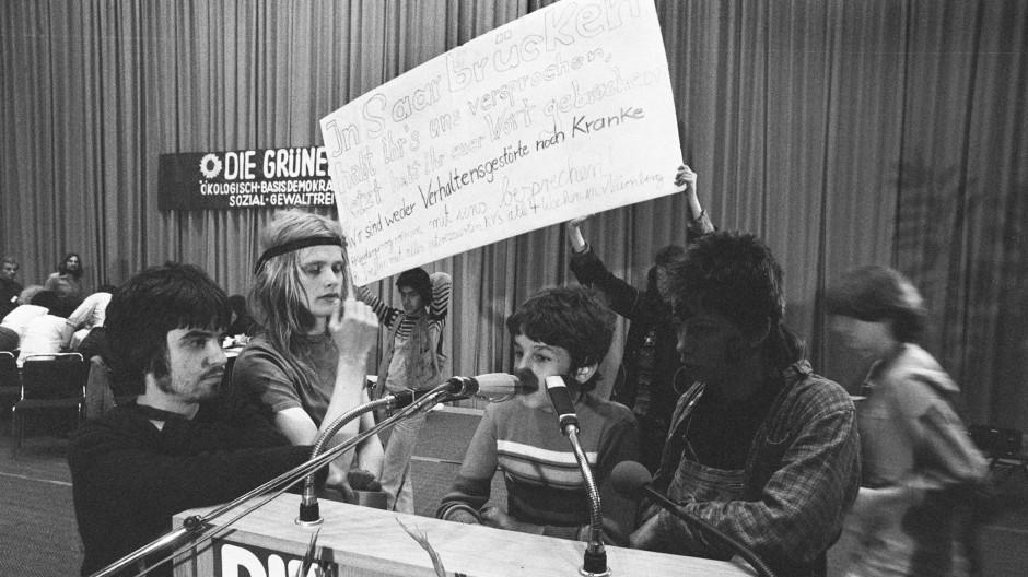 """Die Partei und die Pädophilen: """"Stadtindianer"""" besetzen das Rednerpult auf dem Grünen-Parteitag in Dortmund 1980."""