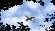Über Wohngebieten und Autobahnen soll der Treibstoffablass vermieden werden. Häufig entscheiden sich die Piloten für den unten liegenden Wald als Ablassstätte.
