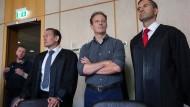Angeklagt: Der Unternehmer Alexander Falk (Mitte) mit seinen Anwälten im Frankfurter Landgericht