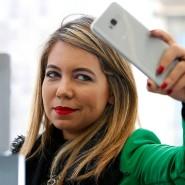 Was kostete das Roaming außerhalb Europas? Eine Frau mit Smartphone in New York.