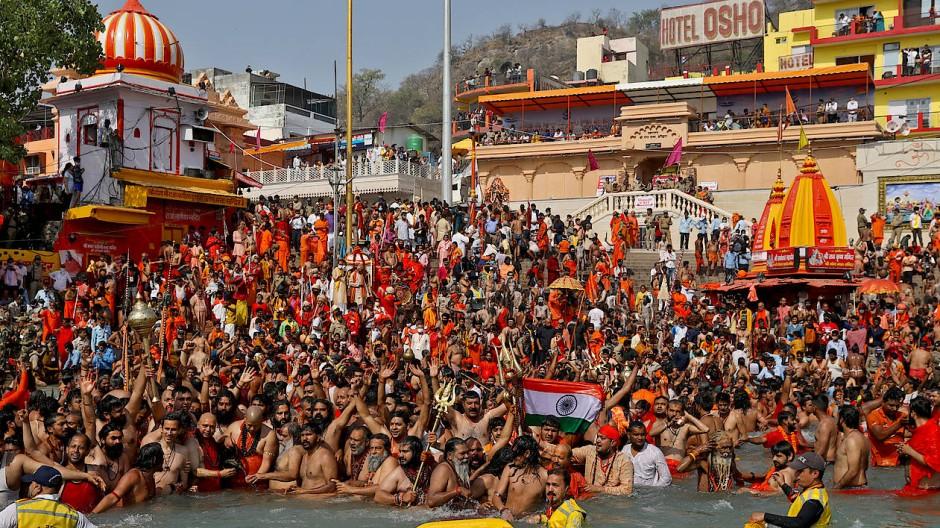 Massenbad: Gläubige steigen am Mittwoch die Ghats genannten Treppenstufen in den Ganges hinab.