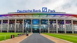 Waldstadion in Regenbogenfarben