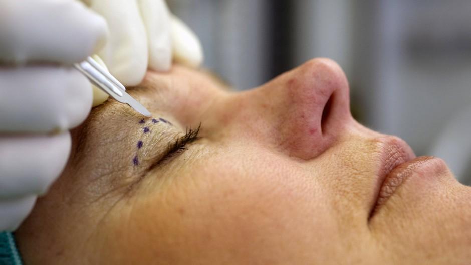Botox, Faltenunterspritzen und Schönheitsoperationen – wenn das Körperselbstbild schwächelt, boomt die Schönheitsmedizin.