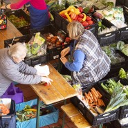 Eine Rentnerin in Frankfurt kann sich aufgrund ihres geringen Einkommens nur günstige Lebensmittel von einer Tafel leisten (Archivbild).