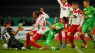 Mit einem späte Doppelpack erreicht Gladbach die zweite Hauptrunde des DFB-Pokals.