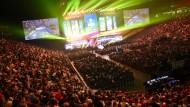Wo es glitzert, blinkt und rummst: Wer es auf die große E-Sport-Bühne schafft, wird von Tausenden Fans beobachtet.