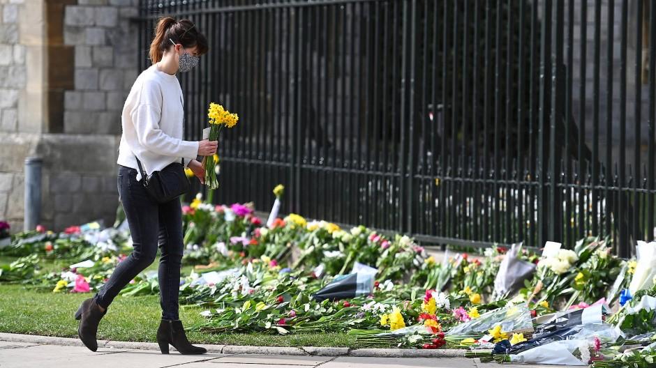 Vor dem Schloss Windsor werden nach dem Tod Philips zahlreichen Blumen ablegt.