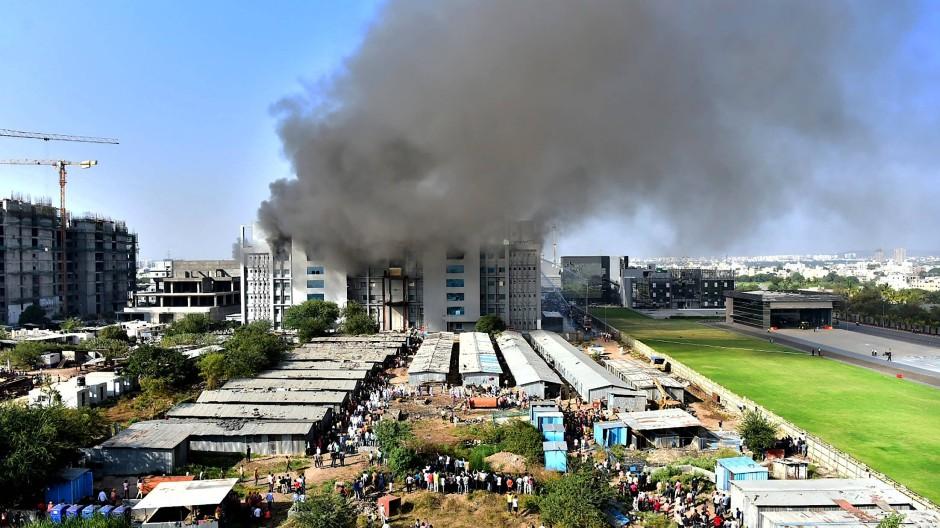Bilder zeigen große Rauchschwaden, die aus der Front eines Neubaus auf dem Gelände des SII dringen.