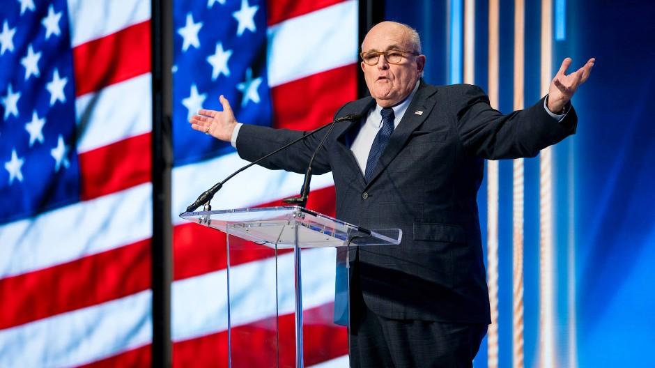 Giuliani, hier im Mai 2018 bei einer Konferenz in New York, hat eine lange Geschichte mit Trump.
