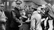 General Joffre wird im Elsass willkommen geheißen, kurz nachdem Frankreich das Gebiet 1915 eroberte.