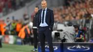 Zinédine Zidane zeigte sich beim gestrigen Spiel gegen Real Madrid mit Strickkrawatte – und befand sich damit in bester Gesellschaft.