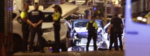 Polizisten sperren das Gebiet rund um den zerstörten Lieferwagen am Donnerstagabend weiträumig ab.