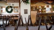 An Silvester war Schluss: Seit vier Monaten stehen die Stühle im Gastraum Linde in Gotthards (hessische Rhön) auf den Tischen.