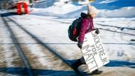 """Will auch die Finanzbranche aufrütteln: Greta Thunberg mit ihrem """"Schulstreik für das Klima""""-Schild beim Weltwirtschaftsforum in Davos im Januar"""