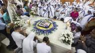 Beten am Grab: Nonnen des heiligen Teresa Ordens gedenken in Kalkutta Mutter Teresa