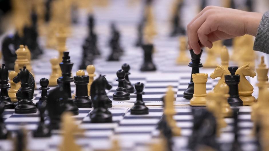 Königliches Strategiespiel: Einst saßen sich dafür würdig gekleidete Herren an Tischen gegenüber und blieben stundenlang aufrecht sitzen.