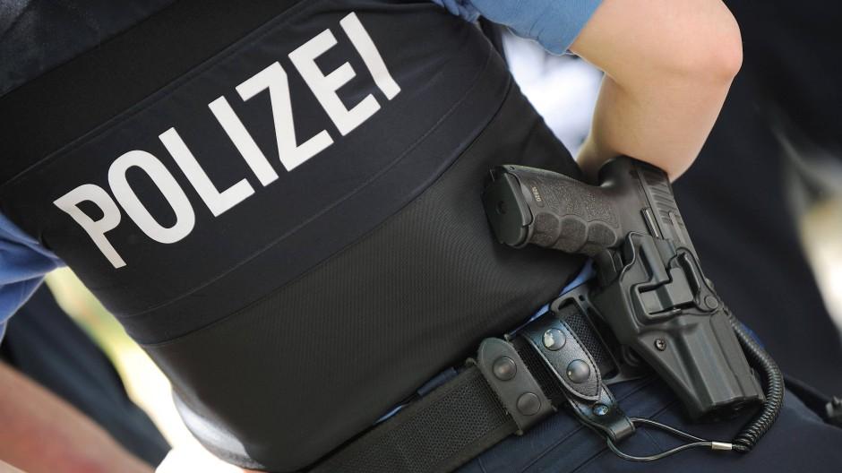 Ein Großeinsatz der Polizei lösten Fußballanhänger auf der Autobahn bei Weiterstadt aus.