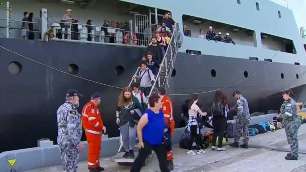 Kriegsschiffe bringen Fliehende in Sicherheit
