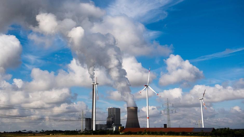 Windräder stehen am Kohlekraftwerk Mehrum im niedersächsischen Landkreis Peine.