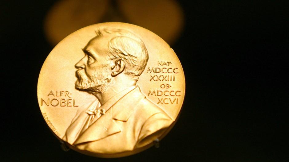 In seinem Testament, das er am 27. November 1895 in Paris unterzeichnete, legte Alfred Nobel fest, wie sein Vermögen künftigen Preisen dienen soll.